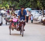 cyclos的学童在仰光 库存图片