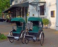Cyclos fora do hotel de Sofitel Metropole em Hanoi Imagem de Stock