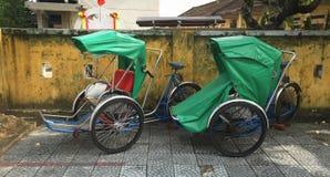 Cyclos sur la rue Photographie stock libre de droits