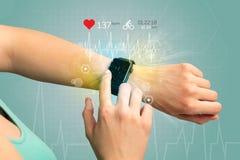 Cyclus en smartwatch concept stock afbeeldingen
