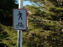 Cyclus en voetmetaalverkeersteken stock foto's