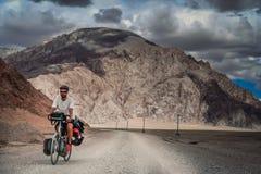 Cyclus het reizen in Tibet royalty-vrije stock afbeelding