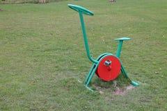 Cyclus op de speelplaats van childrenroyalty-vrije stock foto