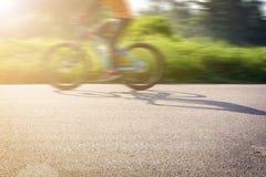 Cyclus op de straat in de ochtend stock afbeelding