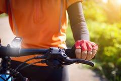Cyclus op de straat in de ochtend stock foto's