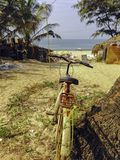 Cyclus op een tribune dicht bij het strand royalty-vrije stock afbeelding