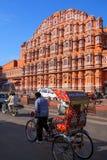 Cyclus ricksaw voor Hawa Mahal in Jaipur, Rajasthan, India stock foto's