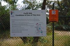 Cyclus veilig teken en geen brandhoutinzameling van lokale raad stock afbeelding