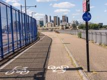 Cyclussteeg met wit bycicleteken op tarmac royalty-vrije stock afbeeldingen