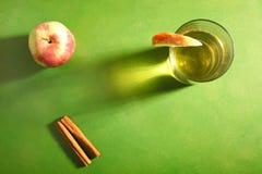 Cydr, jabłka i cynamon, zdjęcia royalty free