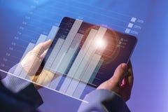 Cyfrowa pastylka która jest trzymającym exposé światłem otaczał czerwonym okręgiem, pokazuje prętową mapę rozwój biznesu obrazy stock