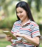 cyfrowa pastylka używać kobiety Fotografia Royalty Free
