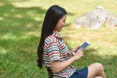 cyfrowa pastylka używać kobiety Obraz Stock