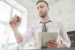 Cyfrowanie specjalista koncentrujący na pracie obraz stock