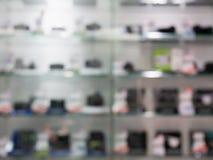 Cyfrowe kamery w kamery półki sklepowej plamy tle zdjęcia stock