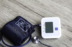 Cyfrowego ciśnienia krwi monitor na drewnianym tle Obraz Royalty Free