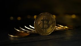 Cyfrowego handel elektroniczny ukuwa nazwę bitcoins brogujących na górze each inny na stole jeden stoi na krawędzi czarnego tła zbiory wideo