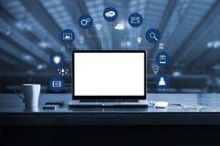 Cyfrowego marketing laptop z bielu ekranu pustym miejscem i wirtualnej ikony cyfrowym marketingiem zdjęcia stock