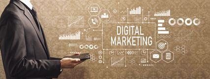 Cyfrowego marketing z biznesmenem trzyma pastylkę komputerowa obrazy royalty free