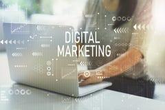 Cyfrowego marketing z kobietą obrazy stock