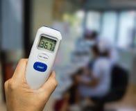 Cyfrowego termometru use mierzyć cierpliwą temperaturę pacjenci w szpitalu obrazy stock