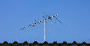 Cyfrowego TV antena na dachu Fotografia Royalty Free