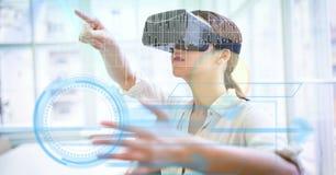 Cyfrowego złożony wizerunek bizneswoman używa VR szkła obraz royalty free