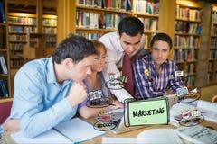 Cyfrowego złożony wizerunek ludzie biznesu używa laptop przy biurkiem z marketing mapą w biurze fotografia royalty free