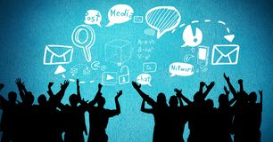 Cyfrowego złożony wizerunek sylwetek ludzie z mowa bąblami i różnorodnymi ikonami przeciw błękita plecy Zdjęcie Stock