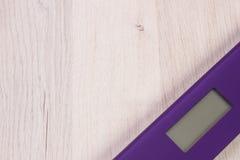 Cyfrowej łazienki skala na drewnianej desce, odchudzający pojęcie Obraz Royalty Free