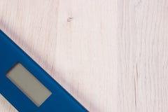 Cyfrowej łazienki skala na drewnianej desce, odchudzający pojęcie Zdjęcie Royalty Free