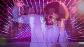 Cyfrowej animacja pokazuje uśmiechniętego dyskoteka dżokeja miesza muzykę w pubie zbiory wideo