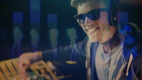 Cyfrowej animacja pokazuje uśmiechniętego dyskoteka dżokeja miesza muzykę w pubie zbiory