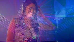 Cyfrowej animacja pokazuje uśmiechniętego dyskoteka dżokeja miesza muzykę w pubie zdjęcie wideo