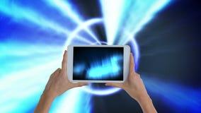 Cyfrowej animacja trzyma cyfrowego pastylka seans iluminuje kobieta zaświeca zbiory wideo
