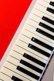 Cyfrowej fortepianowa klawiatura na czerwonym bacground Zdjęcie Stock