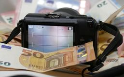Cyfrowej fotografii kamera na tle pieniądze fotografia royalty free