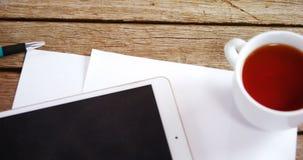 Cyfrowej pastylka, czarna kawa, pióro i pusty papier na drewnianym stole 4k, zdjęcie wideo