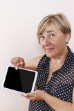 Cyfrowej pastylka używać starszą kobietą Zdjęcie Royalty Free