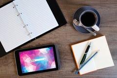 Cyfrowej pastylki komputer z nutowym papierem i filiżanką kawy Zdjęcia Stock