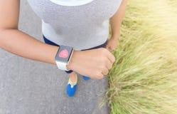 Cyfrowej ręki zegarek na kobiety ręce zdjęcie stock