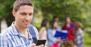 Cyfrowo wytwarzający wizerunek męski student collegu używa telefon różnorodnymi matematyk formułami z przyjaciółmi Obrazy Stock