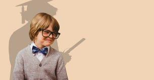 Cyfrowo wytwarzający wizerunek uśmiechnięta chłopiec z cieniem magistrant/magistrantka w tle Obraz Royalty Free