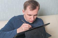 cyfrowy mężczyzna pastylki używać zdjęcie royalty free
