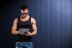 cyfrowy mężczyzna pastylki używać obrazy royalty free