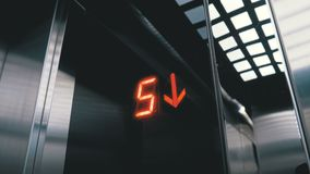 Cyfrowy pokaz w windzie która pochodzi od podłogi z strzałkowatym puszkiem zbiory wideo