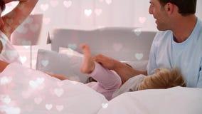Cyfrowy złożony Szczęśliwa rodzina bawić się na łóżku