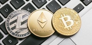 Cyfrowych cryptocurrencys Bitcoin, Ethereum, Litecoin na noteboo fotografia royalty free