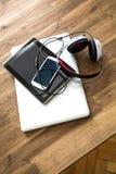 Cyfrowych hełmofony na drewnianym Desktop i przyrząda obraz royalty free