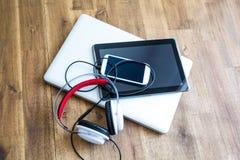 Cyfrowych hełmofony na drewnianym Desktop i przyrząda zdjęcie royalty free
